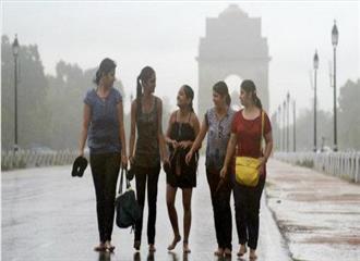 दिल्ली में बारिश ने लोगों को गर्मी से राहत दिलाई
