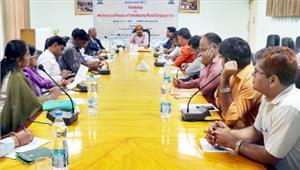 ग्रामीण क्षेत्रों को केंद्र में रखकर पाठ्यक्रम तैयार करने की जरूरत