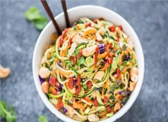 मूंगफली के दानेबादाम के टुकड़े डालकर नूडल्स बनाएं स्वादिष्ट