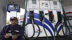 पेट्रोल पंप पर लोगों से ज्ञापन पर कराए हस्ताक्षर