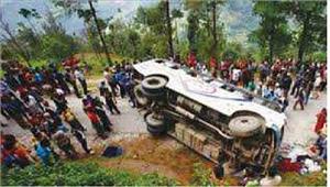 पिकअप वाहन पलटने से 11 मजदूरों की मौत 15 घायल