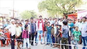 पुलिस के रवैये से क्षुब्ध ग्रामीणों ने किया चक्काजाम