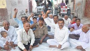 प्रधानमंत्री फसल बीमा योजना के नाम पर धोखाधड़ी के खिलाफ किसानों का धरना