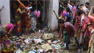प्रदर्शनकारियों ने शराब के ठेके पर जमकर की तोड़फोड़