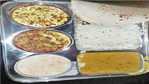 रेलवे के स्टॉलों में प्लास्टिक थाली में भोजन