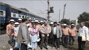 मंडल रेल प्रबंधक ने ट्रैकमेनों की कार्य प्रणाली पर चर्चा की