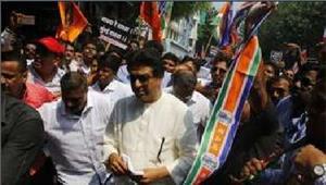 राज ठाकरे ने एलफिंस्टन हादसे के विरोध में रैलीआयोजित किया