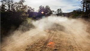 सड़क में डाल दी मिट्टी धूल से बढ़ी परेशानी