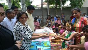 बच्चों को शिक्षण सामग्री देकर अच्छा नागरिक बनने के लिए किया प्रेरित