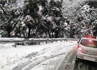 शिमला में बर्फबारी जारी