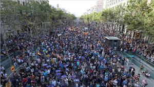 आतंकवाद के खिलाफ बार्सिलोना में सड़कों पर उतरे लोग