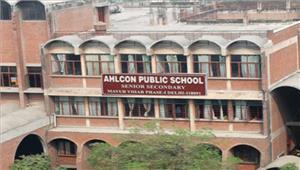 एल्कॉन स्कूल के बाहरविरोध प्रदर्शन पिता ने की सीबीआई जांच की मांग