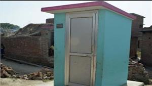 पहलीकक्षाकेछात्रकलेक्टर सेशौचालय की मांग की
