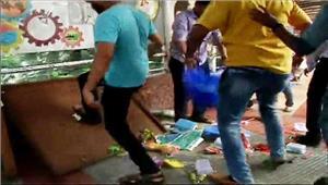 ठाणे स्टेशन पर मनसे कार्यकर्ताओं ने फेरीवालों को पीटा