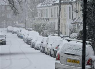 ब्रिटेन में भारी बर्फबारी से दर्जन भर उड़ाने रद्द