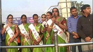 उप्र  योगी के शहर गोरखपुर में किन्नरों ने संभाली यातायात की कमान