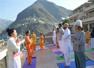 उत्तराखंड मेंतीसरे अंतर्राष्ट्रीय योग दिवस परविदेशी पर्यटकों ने योग किया