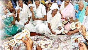 वृंदावन की विधवाओं ने मोदी भाई के लिएबनाईं 1500 राखियां