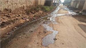 सड़क और घर में बहने लगा गंदा पानी तो बस्ती वालों ने खुद बनाई नाली