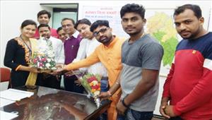 युवा मोर्चा ने शैडो कलेक्टर रेशमा को गुलदस्ता देकर किया सम्मान