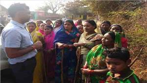 कलेक्टर ने ग्रामीण महिलाओं से मुलाकात की