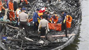 इंडोनेशिया मेंयात्री नौका में लगी आग 23 की मौत