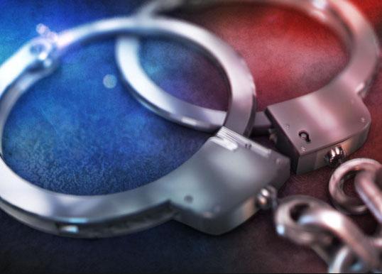 पुलिस ने 3 लाख 77 हज़ार के नोटों के साथ टिकट निरीक्षक को गिरफ्तार किया